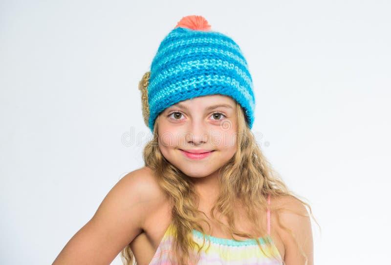 Skillnad mellan handarbete och virkning Tillbehör för nedgångvintersäsong Fria stickmönster Stucken hatt med pomponen royaltyfria foton
