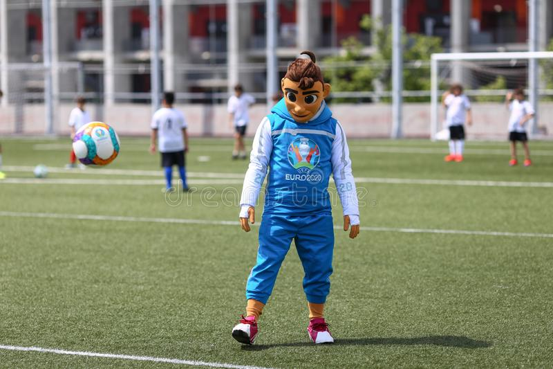 Skillzy,欧元2020年橄榄球比赛的正式吉祥人,在全国竞技场体育场的一个介绍时被看见 免版税图库摄影