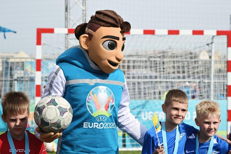 Skillzy, la mascota oficial para el EURO 2020 de la UEFA con los niños durante ceremonia que concede, en St Petersburg, Rusia imagen de archivo