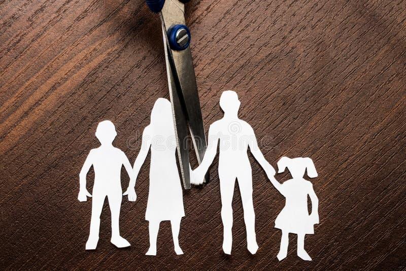 Skilsmässa- och barnarresten scissors den bitande familjen ifrån varandra royaltyfri bild