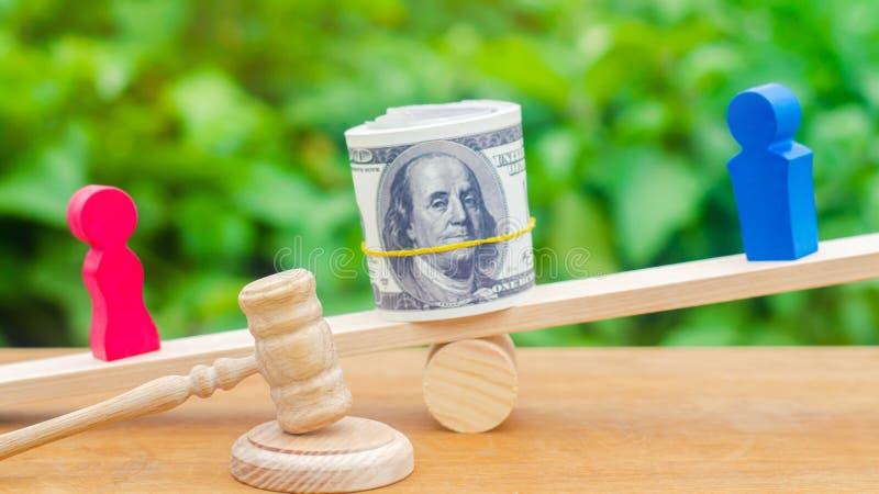skilsmässa Uppdelning av egenskapen vid lagligt betyder mannen och kvinnan står på vågen Konflikt domstol fiktiv förbindelse paym fotografering för bildbyråer