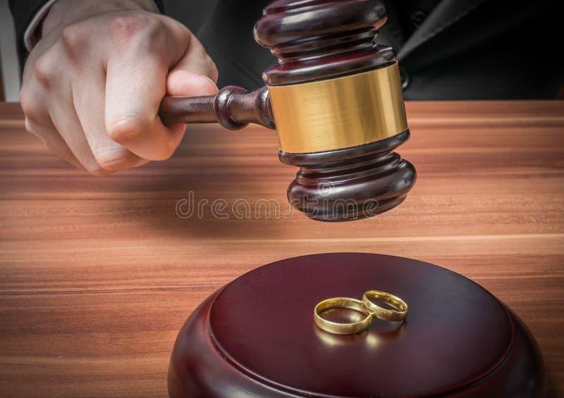 Skilsmässabegrepp Handen av domaren i rättssal är den hållande auktionsklubban royaltyfria bilder
