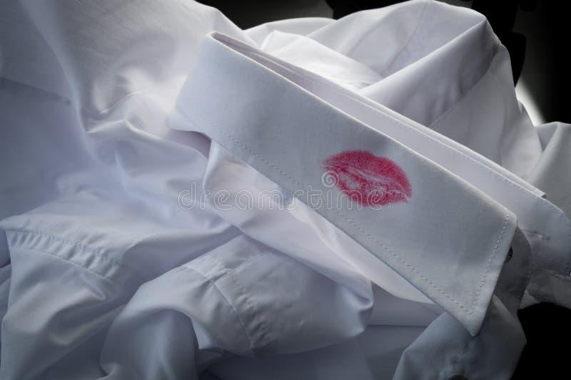 Skilsmässatecken, sexuell angelägenhet och fuska makebegrepp med closeupen på en skjorta med röd kyssläppstift av mannen som är arkivbild