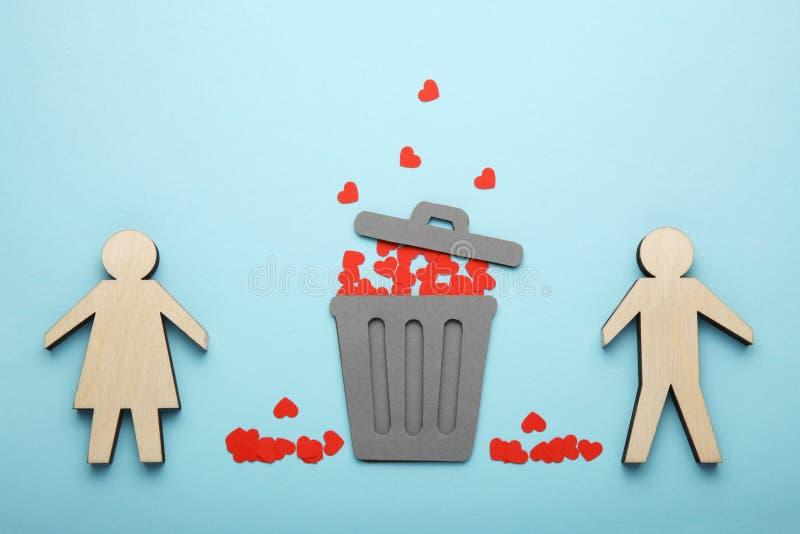 Skilsm?ssa av par, r?da hj?rtor i soptunna F?r?lskelse och hat, avskiljande arkivbild