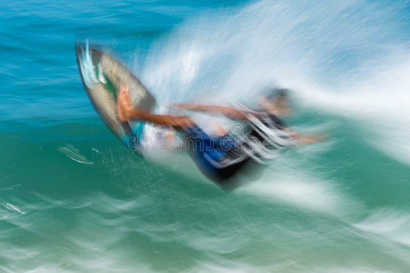 Skimboarder dans la plage célèbre de sununga photographie stock