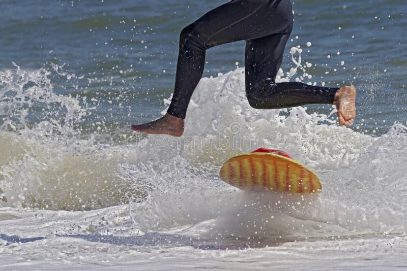 Skimboarder sautant photos stock