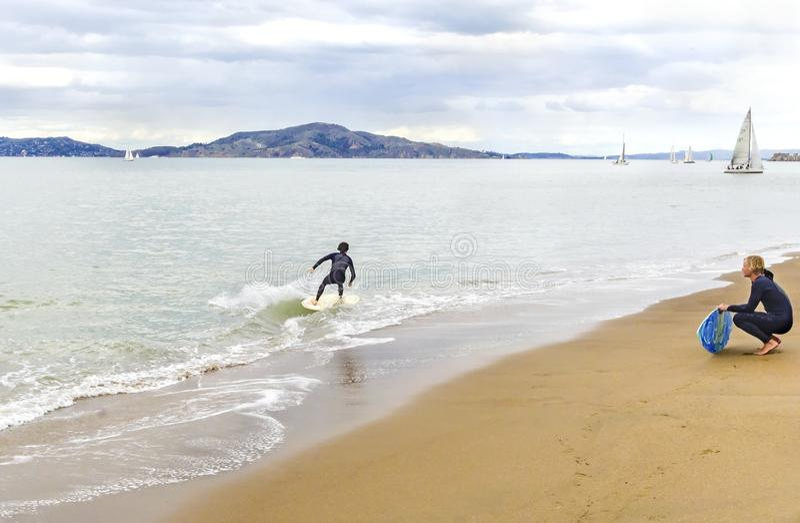 Skimboarding in San Francisco Bay, California immagini stock