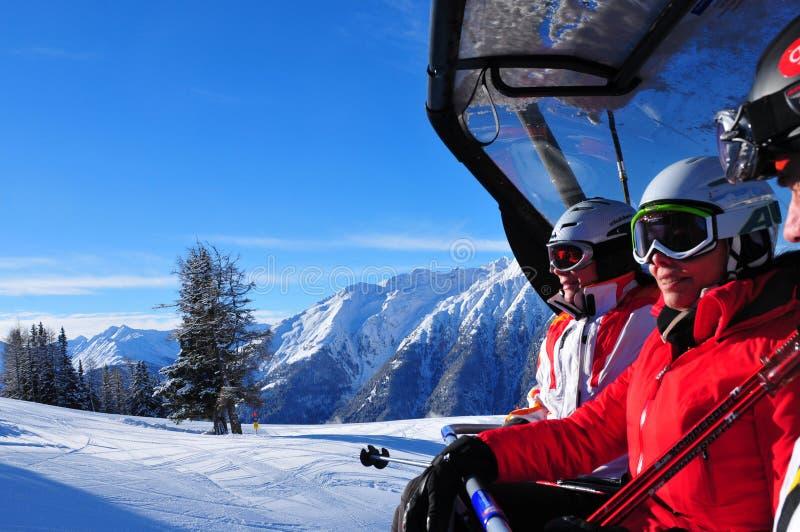 Skimensen enyoy de mening aan Grossglockner-skiarea stock afbeelding
