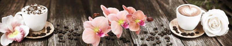 Skinali kaffe med blommor på bakgrunden av brädet arkivbilder