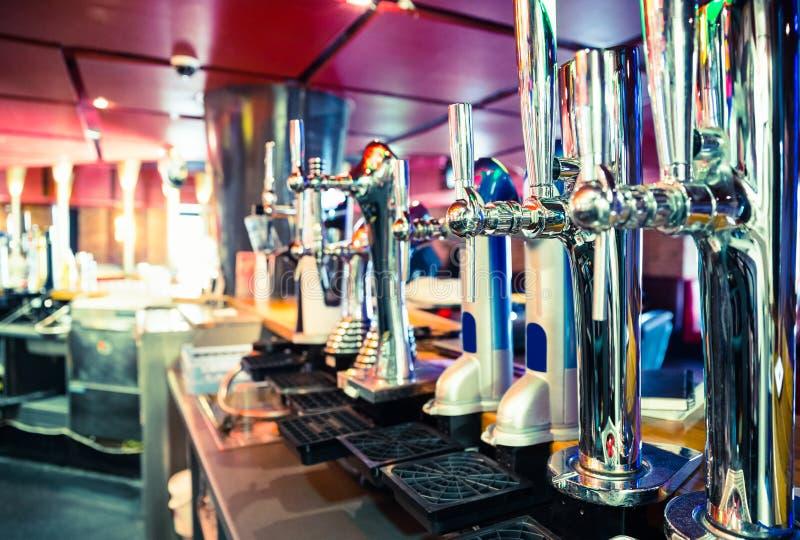 Skinande öl knackar lätt på i rad arkivfoton