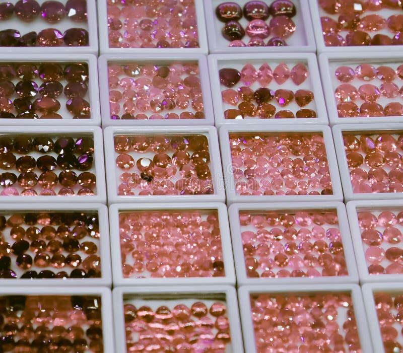 Skinande ?delstenar, m?ngf?rgade exponeringsglaskiselstenar, bakgrund, textur royaltyfri fotografi