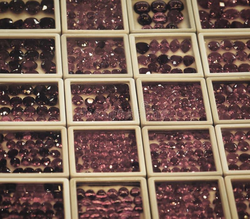 Skinande ?delstenar, m?ngf?rgade exponeringsglaskiselstenar, bakgrund, textur fotografering för bildbyråer