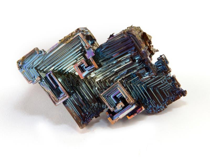 Skinande färgrik mineralisk vismut på en vit bakgrund arkivbilder