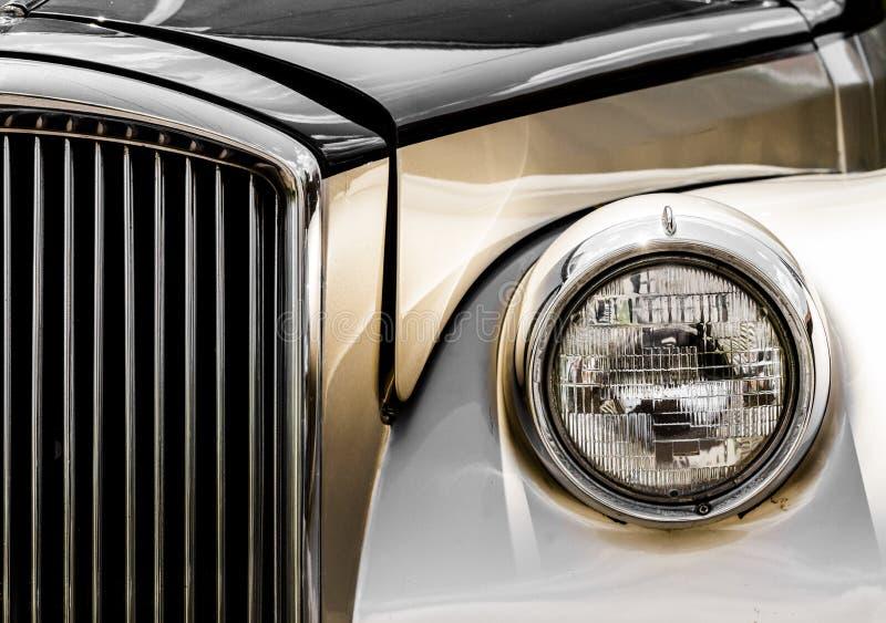 Skinande grotesk limousineCloseup av framdelen royaltyfria bilder