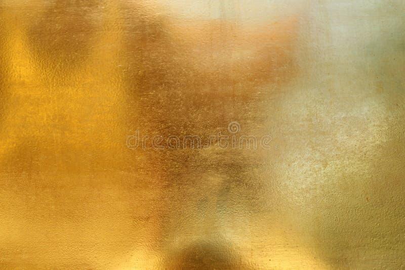 Skinande gul bakgrund f?r textur f?r guld- folie f?r blad fotografering för bildbyråer