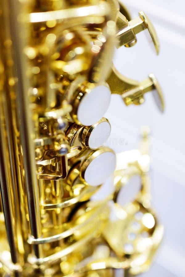 Skinande guld- alt- saxofon arkivfoton