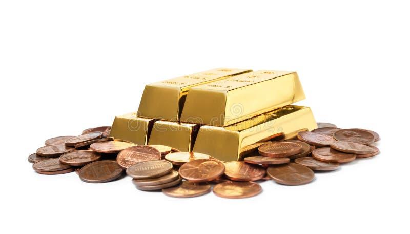 Skinande guld- stänger och mynt som isoleras på vit royaltyfria foton