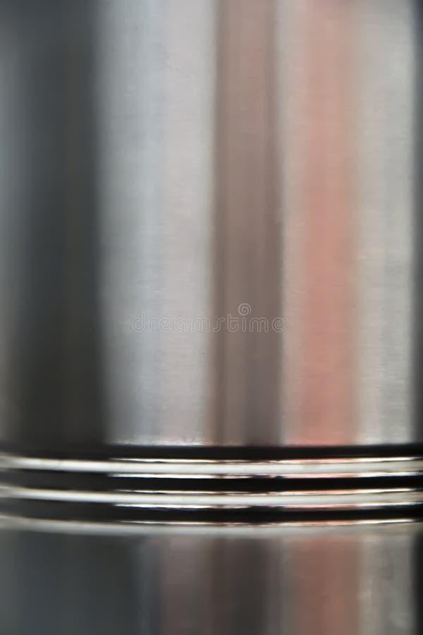 Skinande kant av en rostfritt stålbehållare royaltyfri foto