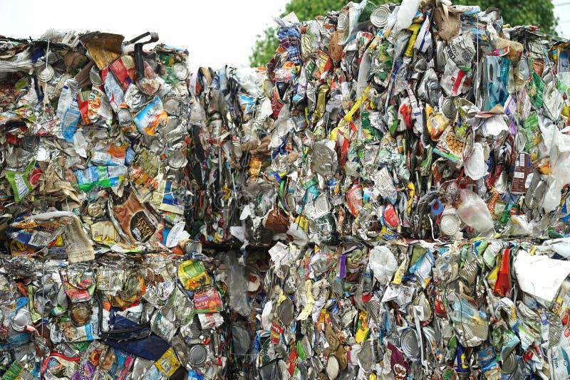 Skinande kontaminerade cans på återvinningmitten arkivbild