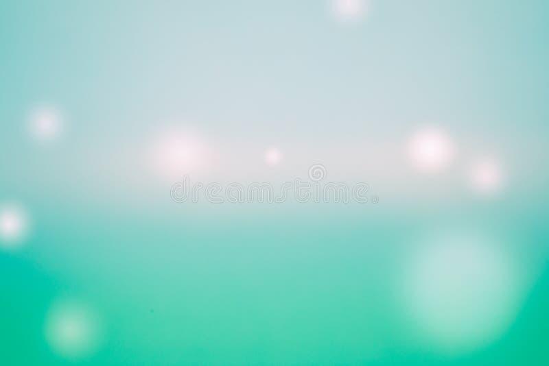 Skinande många ljusa - grön bakgrund, bollar av olika färger och format arkivfoto
