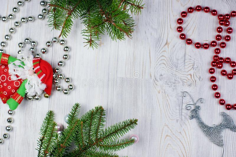 Skinande pärlor, julgran, leksak Santa Claus och hjortar på en träljus bakgrund royaltyfri fotografi