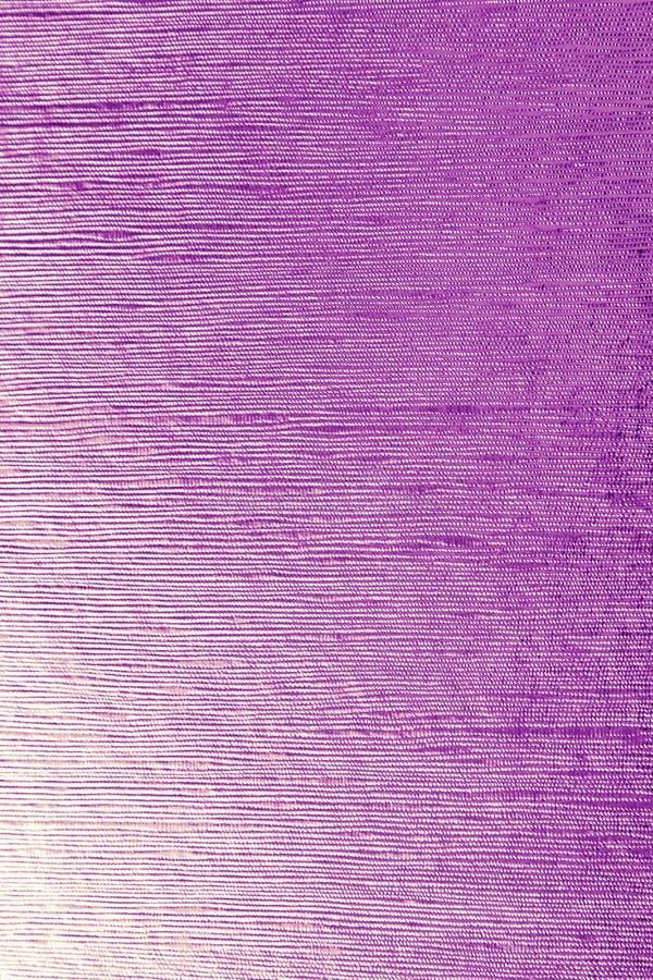 Skinande purpurfärgat blad guldatt omkullkasta texturerad bakgrund som är passande för någon design royaltyfri bild
