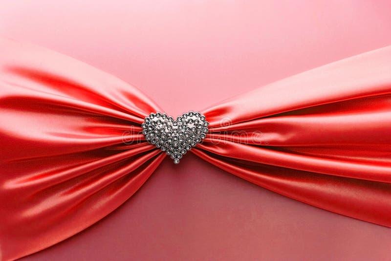 Skinande rött satängband och diamanthjärta royaltyfria bilder