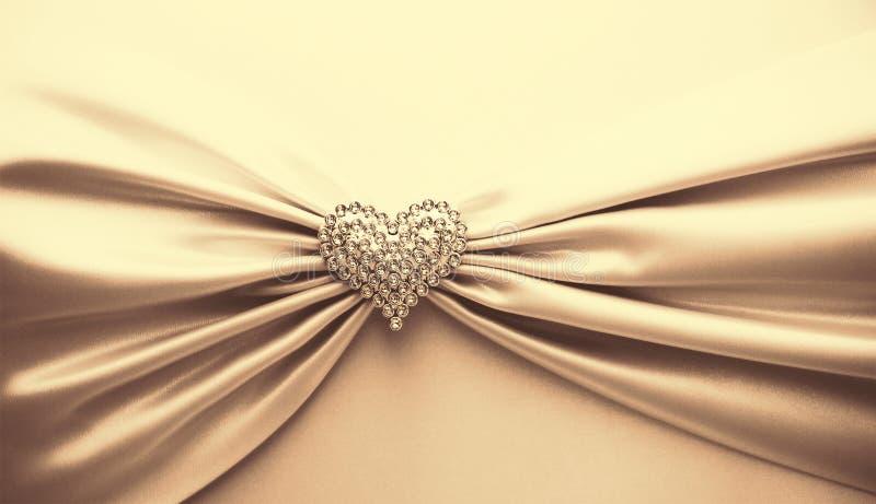 Skinande satängband och diamanthjärta royaltyfri foto