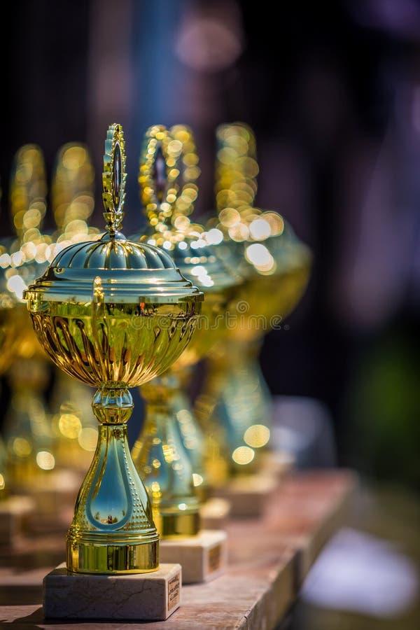Skinande troféer ställer upp på tabellen royaltyfria foton