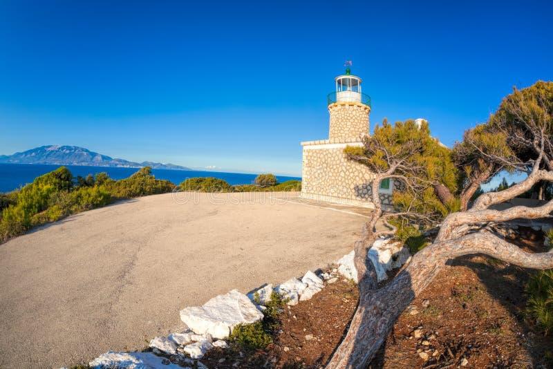 Skinari-Leuchtturm gegen Kefalonia-Insel auf Zakynthos-Insel, Griechenland stockfotografie