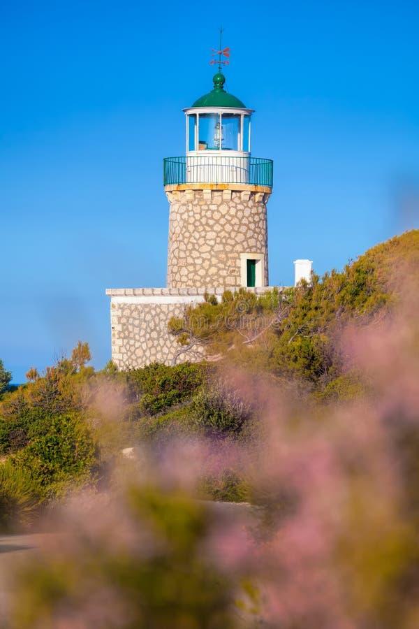 Skinari-Leuchtturm mit Blumen auf Zakynthos-Insel, Griechenland stockfoto