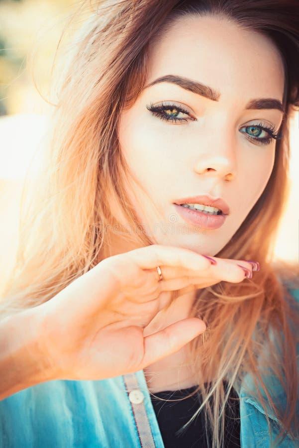skincare模型秀丽和时尚神色  有性感的构成和长发的俏丽的妇女 脸skincare和构成 性感 免版税库存照片