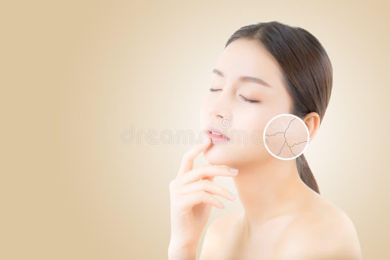 Skincare和健康和化妆用品概念-与皱痕的美丽的亚洲少妇面孔 库存照片