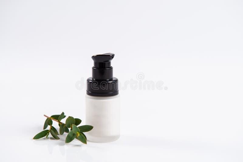 Skincare Κρέμα ομορφιάς στο μπουκάλι dispencer στο άσπρο υπόβαθρο Κρέμα προσώπου, επεξεργασία SPA r στοκ εικόνα