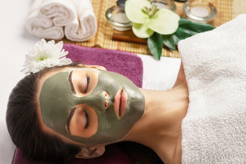 Сторона слезая маску, косметическую процедуру спа, skincare Получать женщины стоковое изображение
