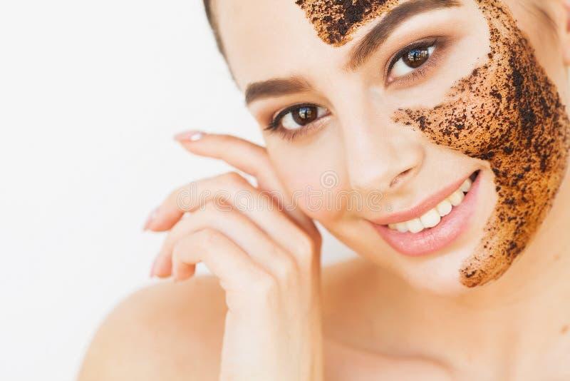 Skincare стороны Молодая очаровательная девушка делает черную маску o угля стоковое изображение