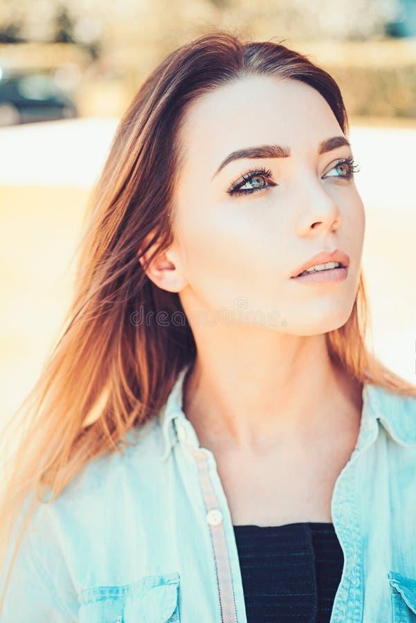 她的内在秀丽通过发光 有性感的构成和长发的俏丽的妇女 脸skincare和构成 性感的妇女 免版税库存照片