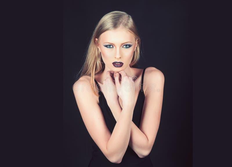 构成肉欲的女孩神色和skincare  构成和化妆用品陌生女人皮肤的  库存照片