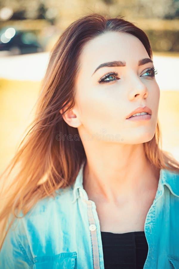 一个理想的模型 有肉欲的神色的性感的妇女 脸skincare和构成 skincare模型秀丽和时尚神色  免版税库存图片