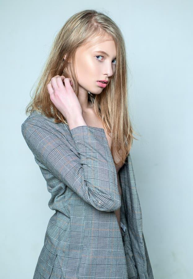 Skincare Apariencia vintage muchacha hermosa retra con el pelo largo Maquillaje natural Belleza y elegancia estilo del paso del j fotos de archivo libres de regalías
