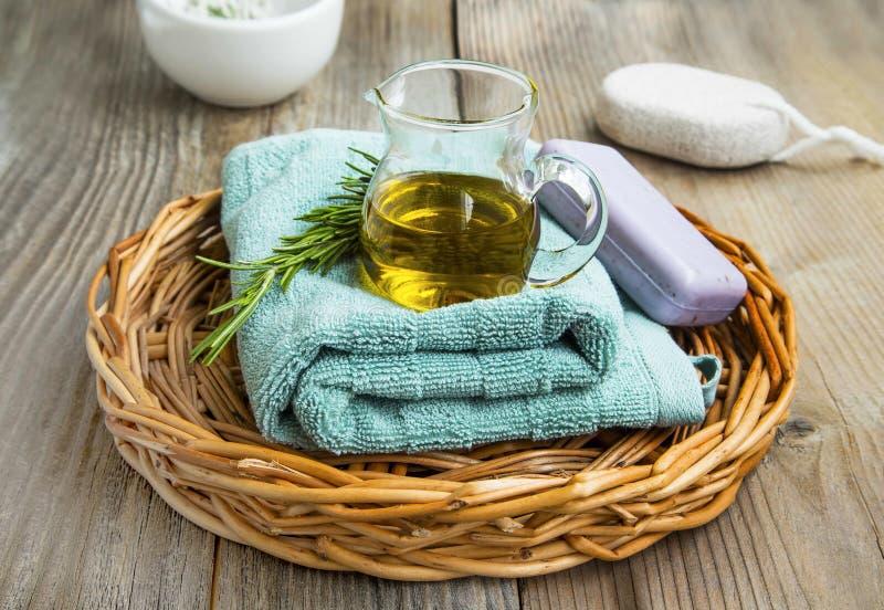 Skincare brunnsortstilleben med växt- olivolja, rosmarin som är naturlig royaltyfri fotografi