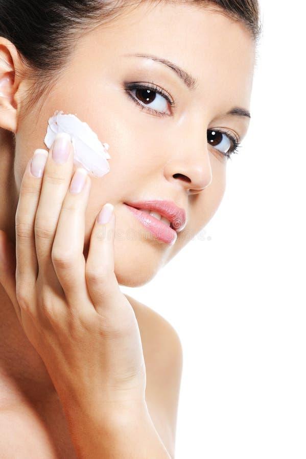 Skincare caucasico della donna di bellezza del suo fronte fotografia stock