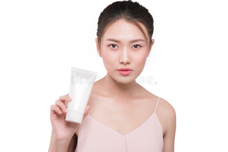 Skincare Concepto de la belleza Mujer bastante asiática de los jóvenes que lleva a cabo el cosme foto de archivo libre de regalías