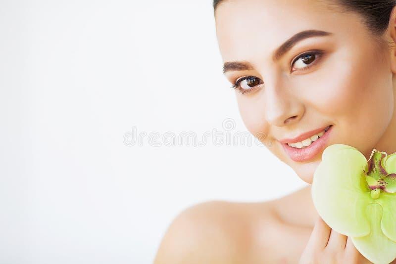 Skincare De vrouwenschoonheid, de Zorg van de Gezichtshuid en maakt omhoog, de Bloem van de Meisjesorchidee royalty-vrije stock foto