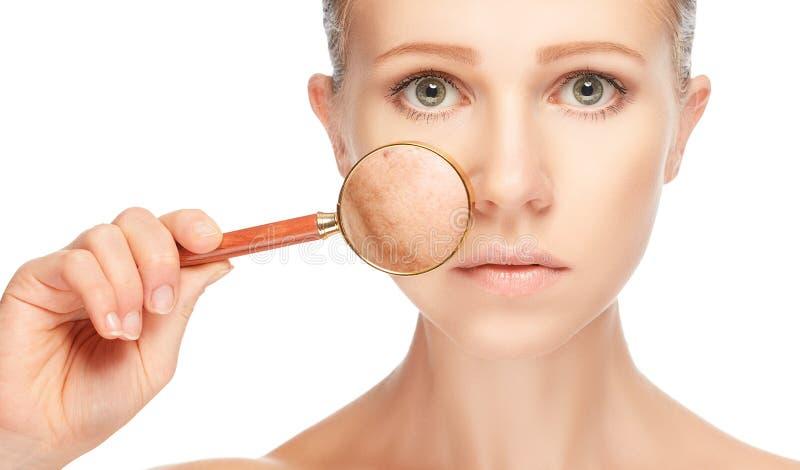 Skincare del concepto Piel de la mujer con la lupa antes y después fotos de archivo