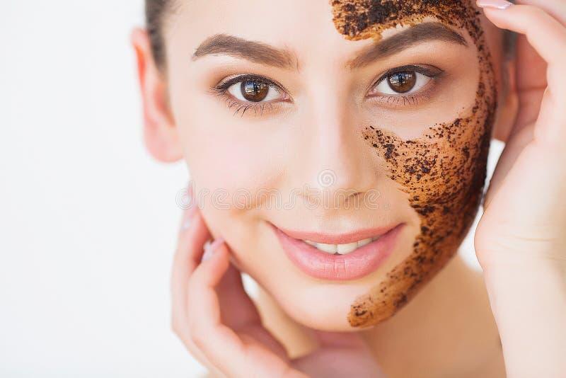 Skincare del fronte La giovane ragazza affascinante fa una maschera nera del carbone sul suo fronte fotografia stock libera da diritti