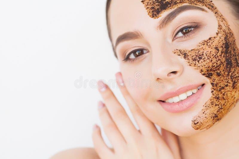 Skincare del fronte La giovane ragazza affascinante fa una maschera nera del carbone sul suo fronte fotografia stock
