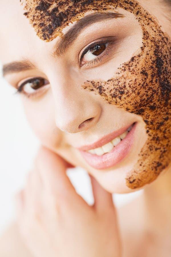 Skincare del fronte La giovane ragazza affascinante fa una maschera nera o del carbone immagine stock libera da diritti