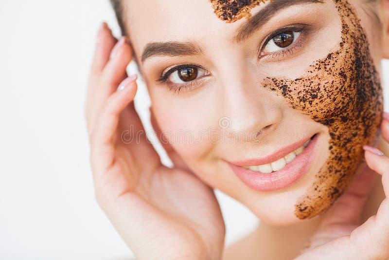 Skincare del fronte La giovane ragazza affascinante fa una maschera nera o del carbone fotografia stock libera da diritti