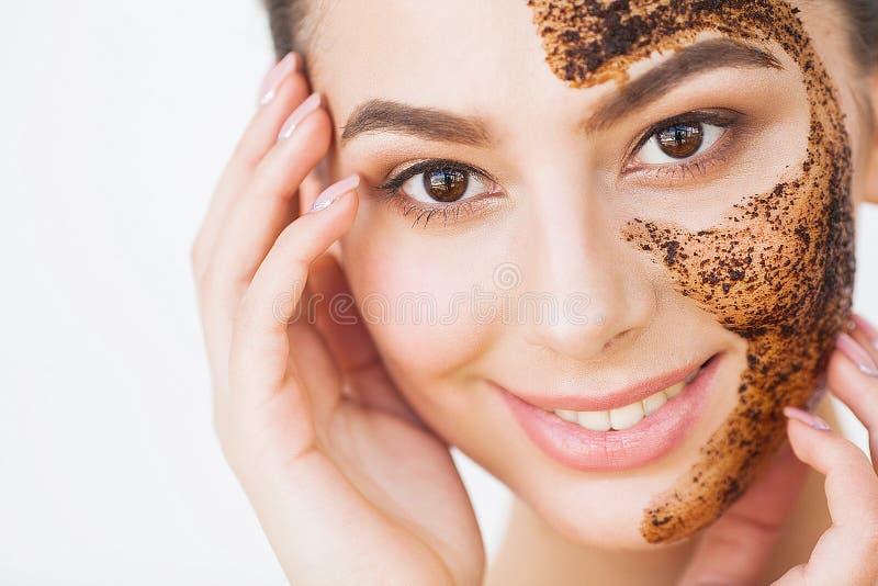 Skincare del fronte La giovane ragazza affascinante fa una maschera nera o del carbone fotografie stock